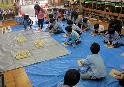 教室にシ−トを敷き、作って頂きます